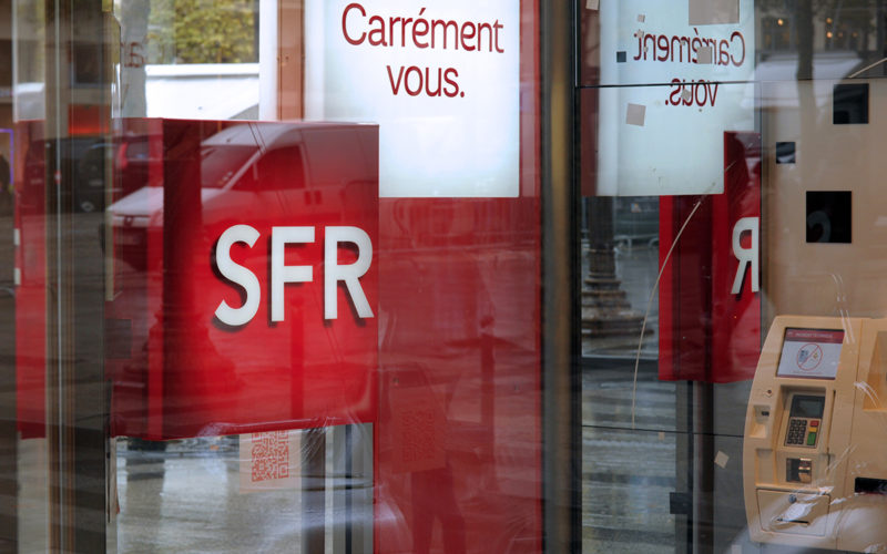 This picture taken on November 5, 2013 shows the logo of French internet and mobile phone operator SFR in fornt of a shop in Paris.  AFP PHOTO / ERIC PIERMONT / AFP PHOTO / ERIC PIERMONT