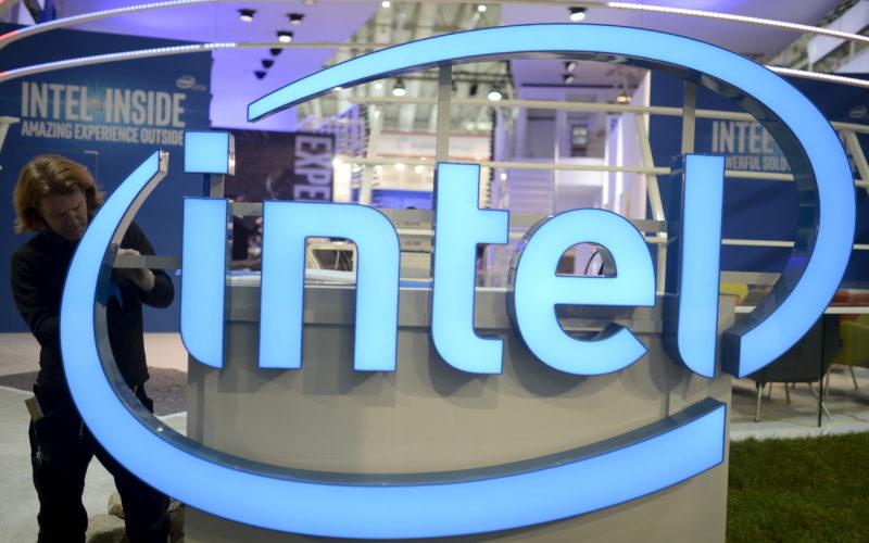 Intel, premier producteur mondial de microprocesseurs, va supprimer 12.000 postes dans le monde, soit 11% de ses effectifs, afin de recentrer ses activités sur les processeurs destinés aux centres de données et aux objets connectés pour réduire sa dépendance au marché déclinant des ordinateurs individuels. /Photo d'archives/REUTERS/Nigel Treblin